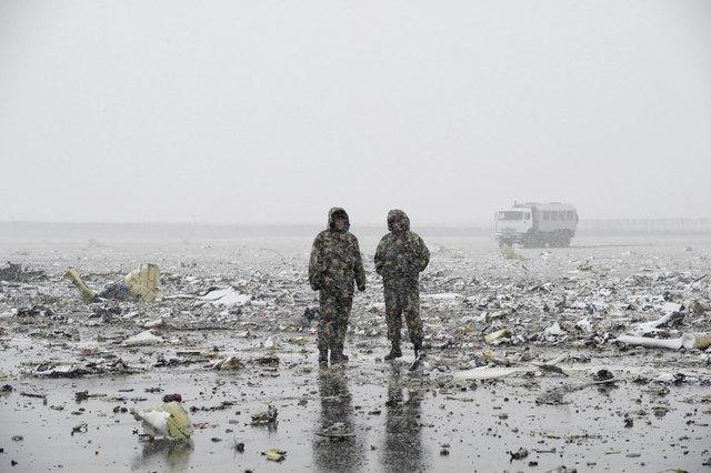 Hiện trường thảm khốc vụ máy bay chở 62 người rơi tại Nga - Ảnh 6