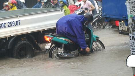Sài Gòn, Biên Hòa ngập úng, giao thông hỗn loạn vì mưa lớn - Ảnh 1