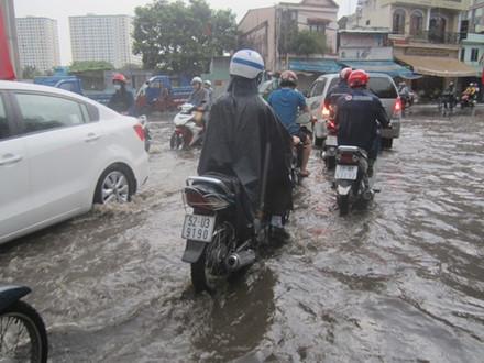 Sài Gòn, Biên Hòa ngập úng, giao thông hỗn loạn vì mưa lớn - Ảnh 2