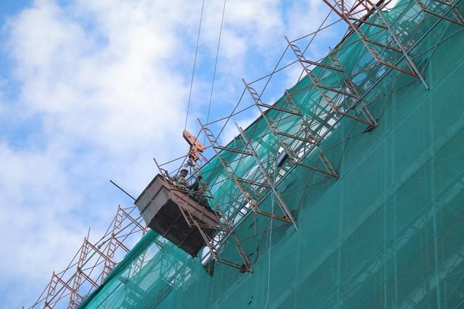 Rơi giàn giáo công trình cao hơn 20 tầng, cả tuyến đường hoảng loạn - Ảnh 1
