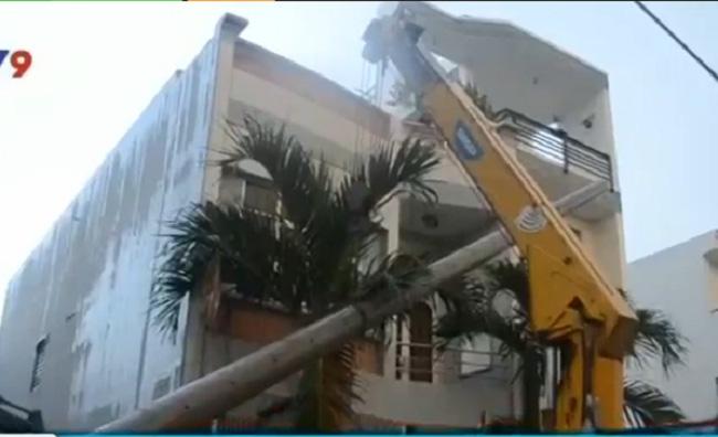 TP. Hồ Chí Minh: Hàng ngàn hộ dân mất điện vì cột điện đổ - Ảnh 1