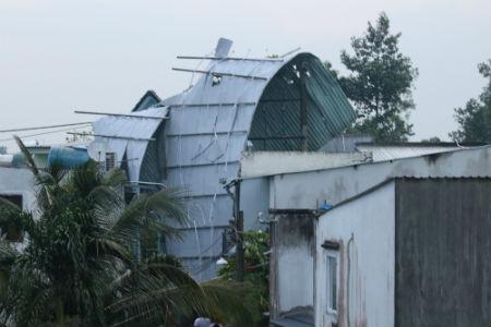 TP HCM bị tàn phá nặng nề bởi mưa giông, lốc xoáy - Ảnh 1
