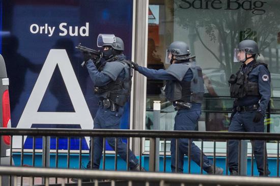 """Hồ sơ đầy vết """"đen"""" của kẻ tấn công lực lượng chống khủng bố ở sân bay Orly - Ảnh 1"""