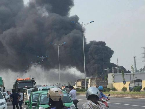 Cháy trạm biến áp 110kV, cột khói đen ngòm bốc cao hàng chục mét - Ảnh 1