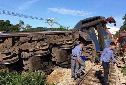 Tàu hỏa chạy Hà Nội đi Sài Gòn bị húc chệch đường ray - Ảnh 1