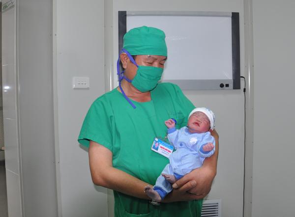 Bé trai đầu tiên ở Quảng Ninh chào đời nhờ thụ tinh nhân tạo - Ảnh 1