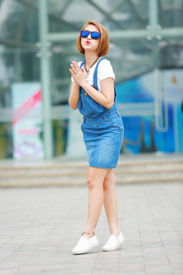Trang Cherry quần jeans, áo hai dây sexy xuống phố - Ảnh 2