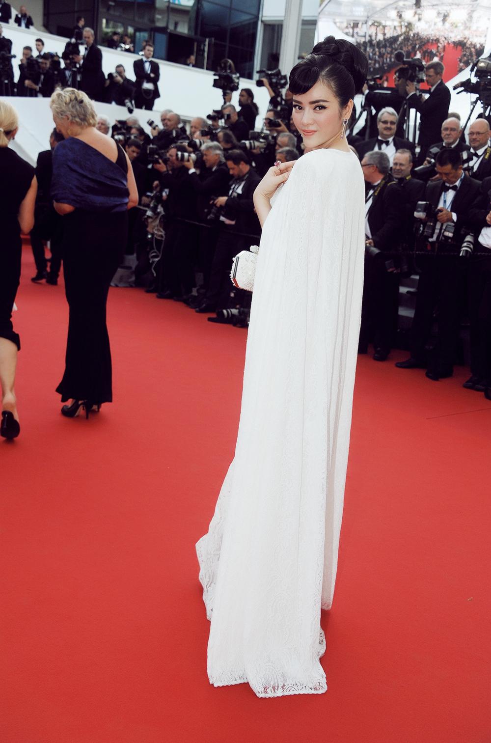 Lý Nhã Kỳ tinh khôi đọ sắc Phạm Băng Băng trên thảm đỏ Cannes - Ảnh 11