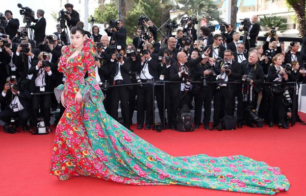 """Váy """"độc"""" của Trương Hinh Dư tại Cannes thành chủ đề """"chế"""" yêu thích - Ảnh 1"""
