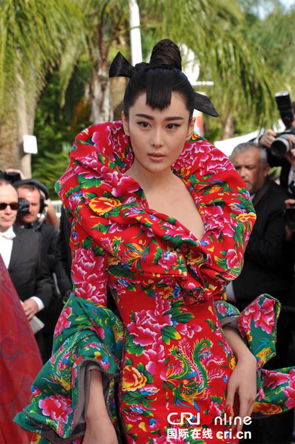 """Váy """"độc"""" của Trương Hinh Dư tại Cannes thành chủ đề """"chế"""" yêu thích - Ảnh 3"""