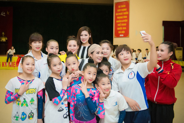 Á hậu Tú Anh tươi trẻ cổ vũ Đoàn TTVN ở SEA Games 28 - Ảnh 9