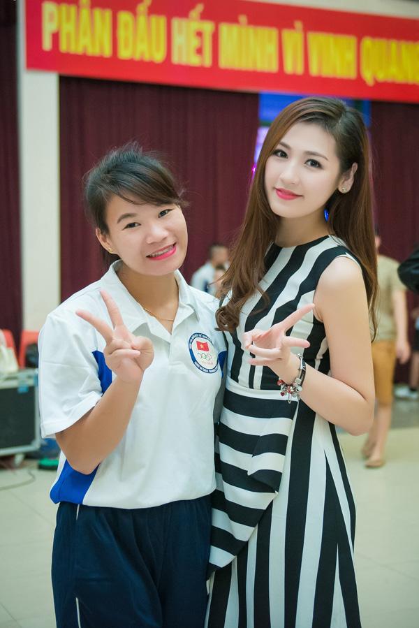 Á hậu Tú Anh tươi trẻ cổ vũ Đoàn TTVN ở SEA Games 28 - Ảnh 12