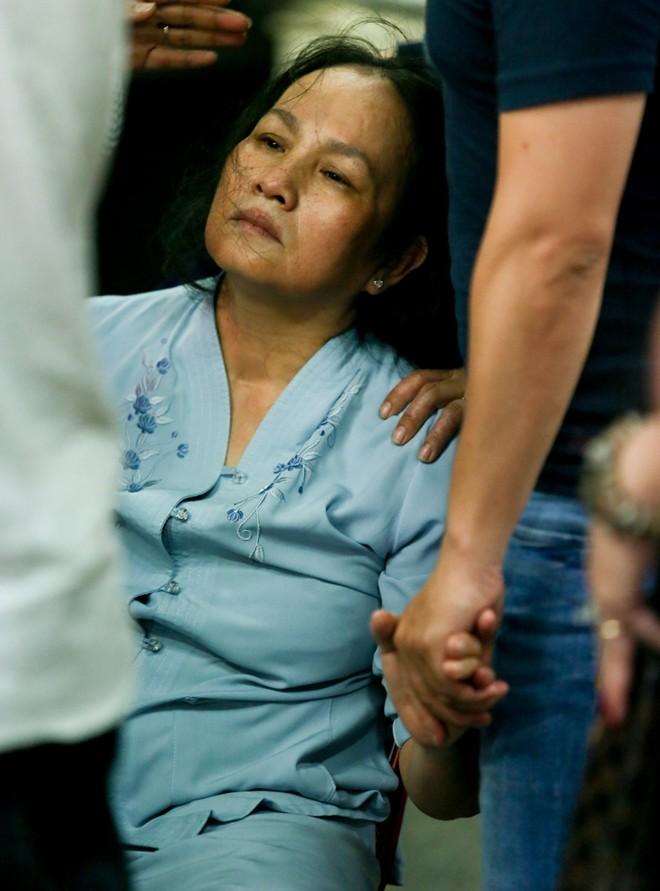 Mẹ và vợ Duy Nhân khóc ngất trong đám tang - Ảnh 10
