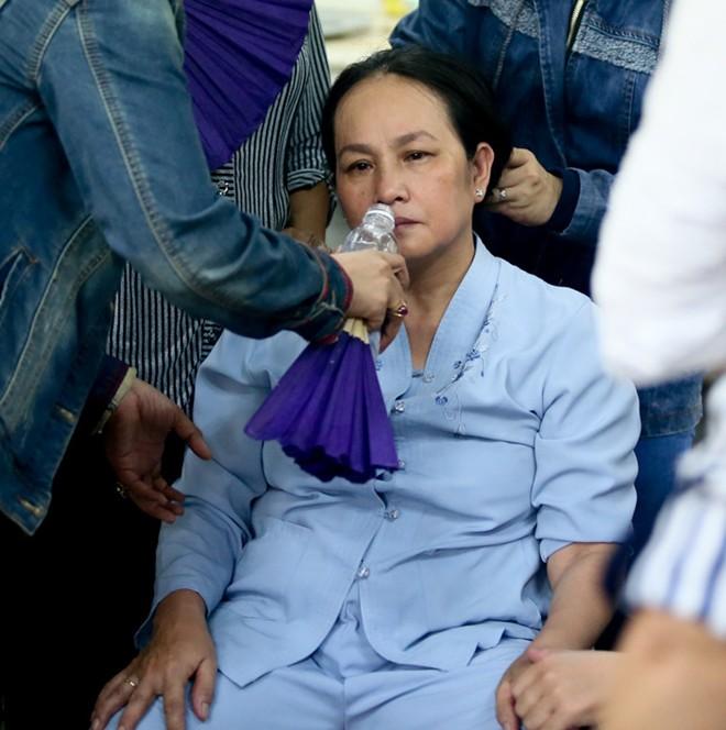 Mẹ và vợ Duy Nhân khóc ngất trong đám tang - Ảnh 11