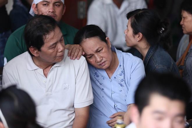 Mẹ và vợ Duy Nhân khóc ngất trong đám tang - Ảnh 12