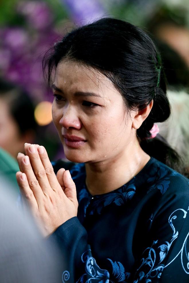 Mẹ và vợ Duy Nhân khóc ngất trong đám tang - Ảnh 15