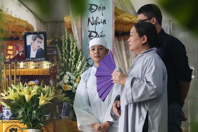 Mẹ và vợ Duy Nhân khóc ngất trong đám tang - Ảnh 4