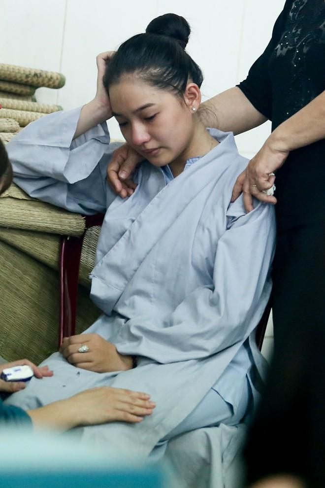 Mẹ và vợ Duy Nhân khóc ngất trong đám tang - Ảnh 9