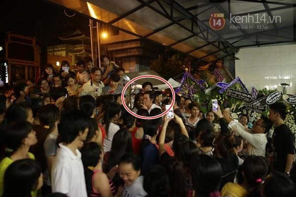 Hoài Linh bất lực vì fan cười đùa vô duyên, vây kín trong đám tang Duy Nhân - Ảnh 2