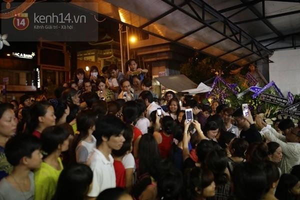 Hoài Linh bất lực vì fan cười đùa vô duyên, vây kín trong đám tang Duy Nhân - Ảnh 3