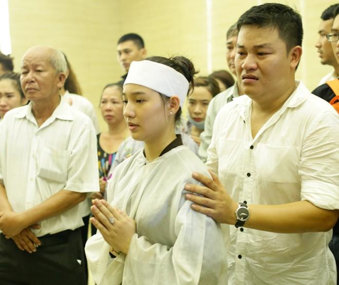 Mẹ và chị ngất xỉu trong lễ hỏa táng Duy Nhân - Ảnh 11