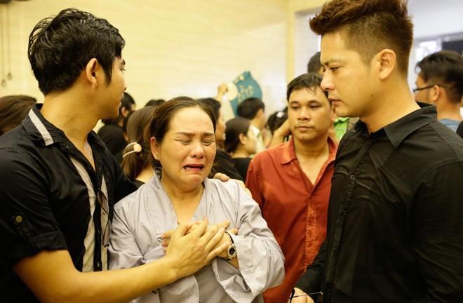 Mẹ và chị ngất xỉu trong lễ hỏa táng Duy Nhân - Ảnh 13