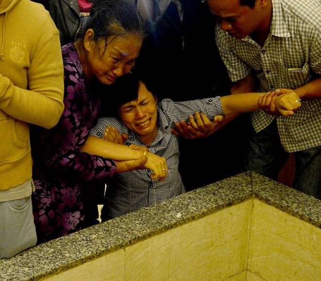 Mẹ và chị ngất xỉu trong lễ hỏa táng Duy Nhân - Ảnh 5