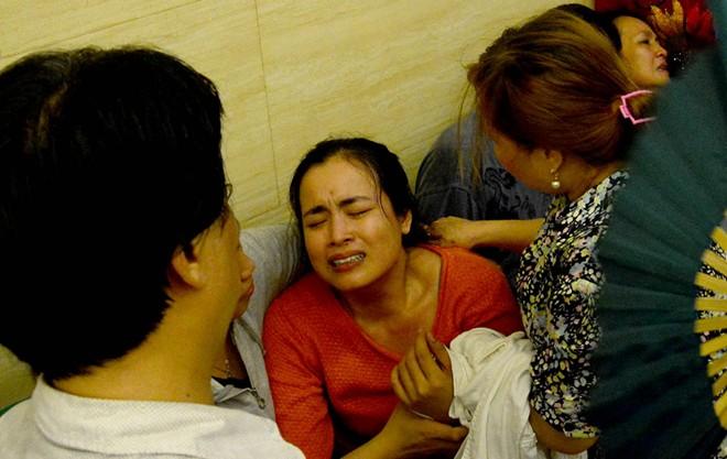Mẹ và chị ngất xỉu trong lễ hỏa táng Duy Nhân - Ảnh 7