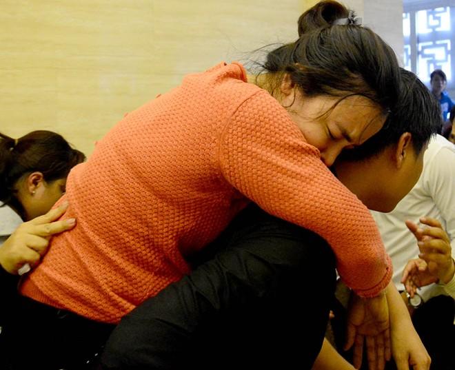 Mẹ và chị ngất xỉu trong lễ hỏa táng Duy Nhân - Ảnh 8