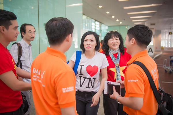 Tú Anh, Thu Thảo đến Singapore cổ vũ đoàn thể thao VN - Ảnh 1