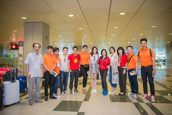 Tú Anh, Thu Thảo đến Singapore cổ vũ đoàn thể thao VN - Ảnh 2