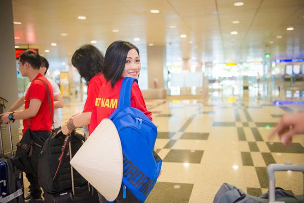Tú Anh, Thu Thảo đến Singapore cổ vũ đoàn thể thao VN - Ảnh 5