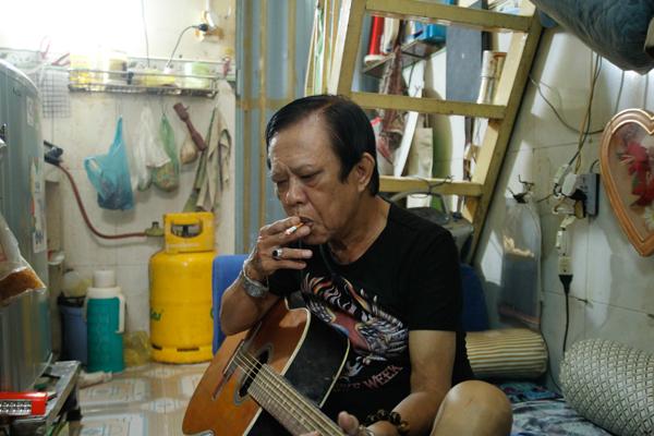 Nhạc sĩ Vinh Sử cô đơn, khó nhọc trong căn nhà chục mét chật hẹp - Ảnh 1