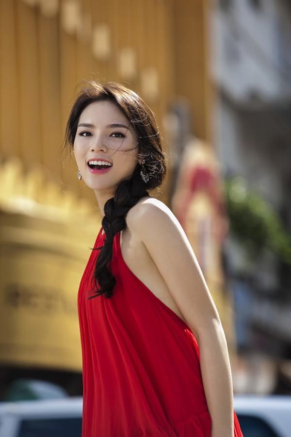 """Kỳ Duyên - Angela Phương Trinh """"đụng"""" váy yếm, ai đẹp hơn? - Ảnh 2"""