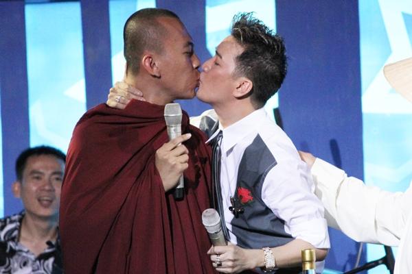 """Ngày quốc tế nụ hôn gợi nhớ những màn """"khóa môi"""" gây sốc - Ảnh 12"""