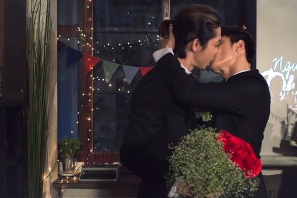 """Ngày quốc tế nụ hôn gợi nhớ những màn """"khóa môi"""" gây sốc - Ảnh 11"""