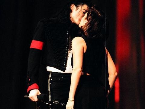 """Ngày quốc tế nụ hôn gợi nhớ những màn """"khóa môi"""" gây sốc - Ảnh 4"""