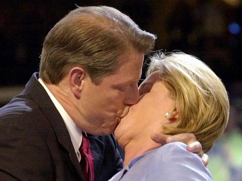"""Ngày quốc tế nụ hôn gợi nhớ những màn """"khóa môi"""" gây sốc - Ảnh 1"""