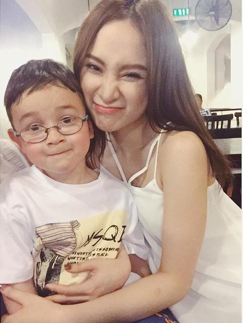 """Angela Phương Trinh khoe """"em trai út"""" đẹp như hot boy - Ảnh 1"""