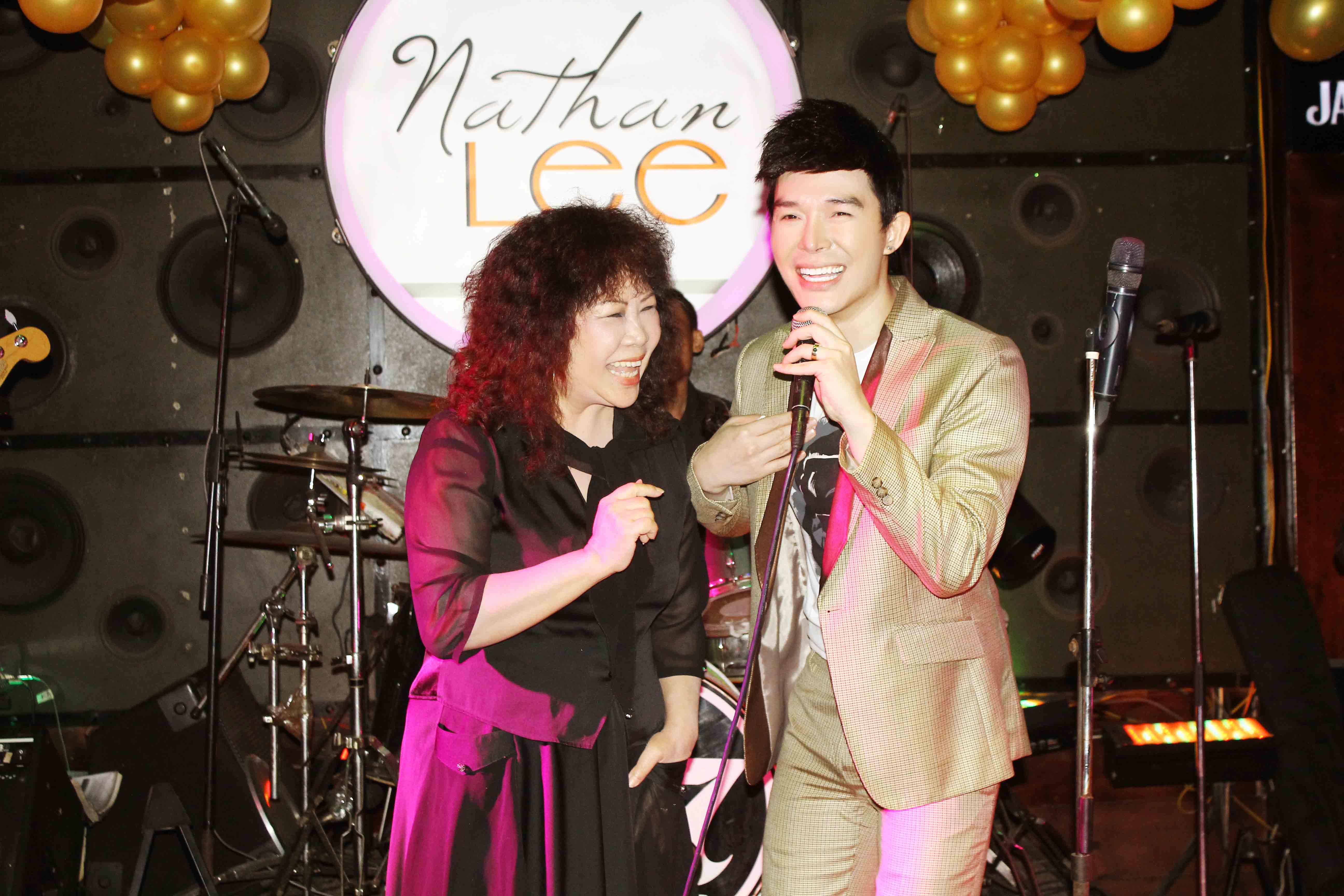Nathan Lee bất ngờ song ca cùng mẹ trong đêm sinh nhật - Ảnh 9