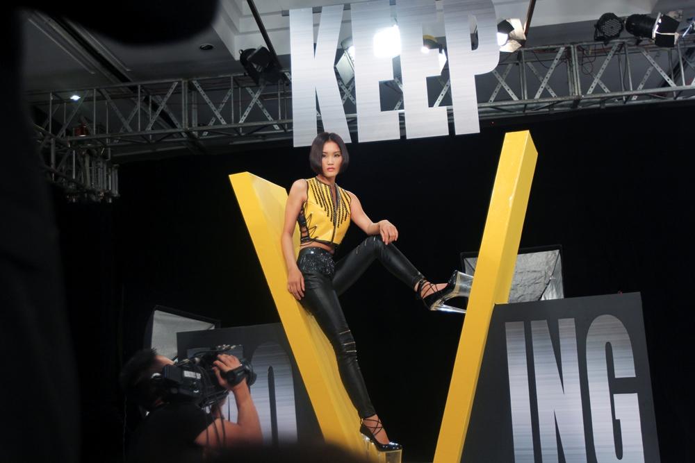 """Vietnam's Next Top Model 2015 tập 2: Thí sinh """"vồ ếch"""" vì đi giày 20cm - Ảnh 3"""