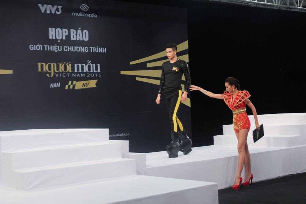 """Vietnam's Next Top Model 2015 tập 2: Thí sinh """"vồ ếch"""" vì đi giày 20cm - Ảnh 7"""