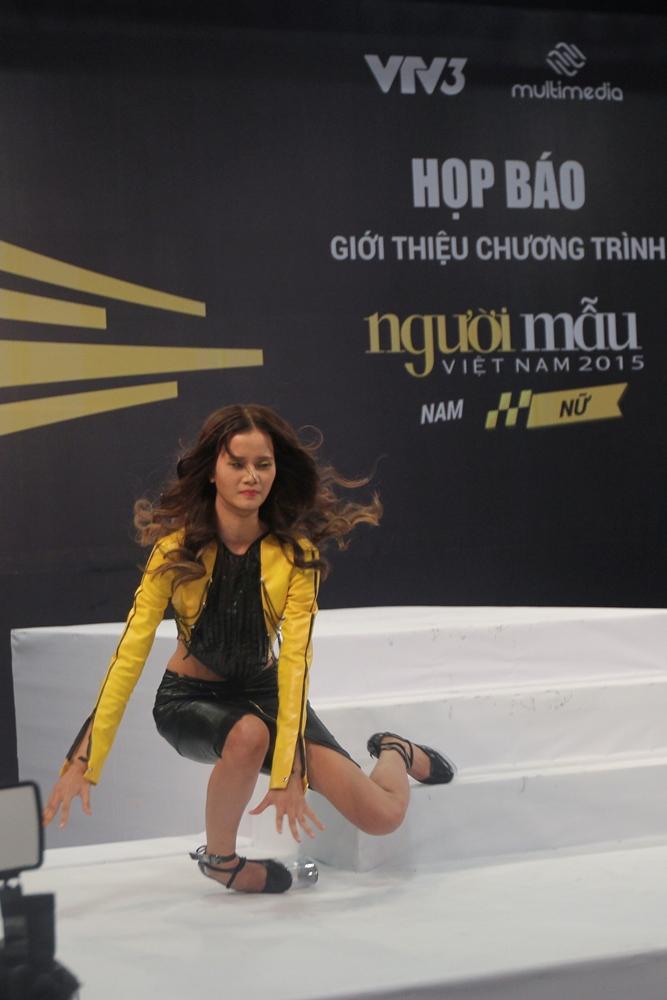 """Vietnam's Next Top Model 2015 tập 2: Thí sinh """"vồ ếch"""" vì đi giày 20cm - Ảnh 8"""