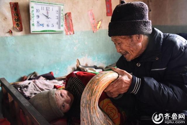 Người chồng 56 năm chăm sóc vợ bại liệt khiến mọi con tim tan chảy - Ảnh 3