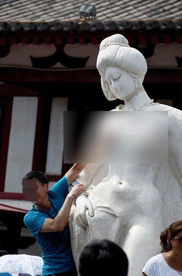 Du khách đua nhau sàm sỡ tượng Dương Quý Phi - Ảnh 2