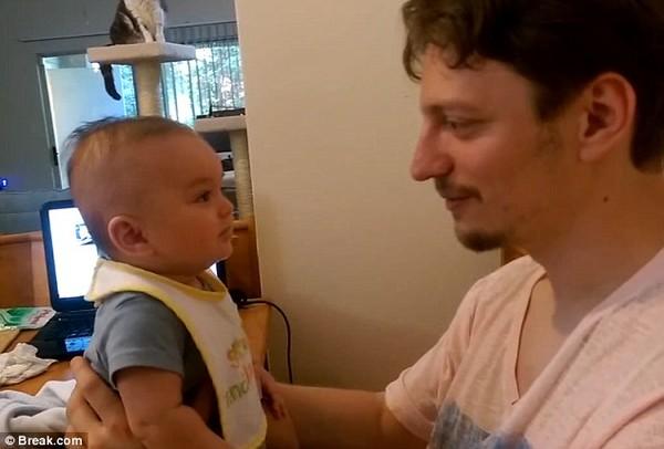 """Clip bé con 3 tháng tuổi biết nói """"I love you"""" cực đáng yêu - Ảnh 1"""