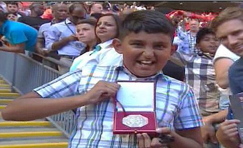 Cay cú, Mourinho ném huy chương bạc cho fan Arsenal - Ảnh 1