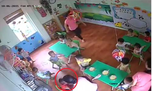 Bảo mẫu đánh bé 17 tháng tuổi: Đình chỉ công tác cô giáo - Ảnh 1