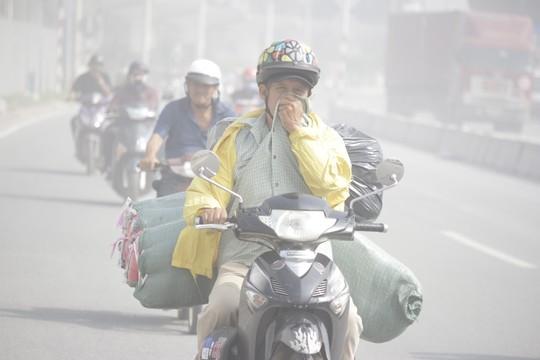 """""""Mù khô"""" cùng khói bụi làm ngạt thở người dân Sài Gòn - Ảnh 1"""