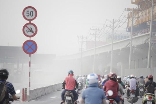 """""""Mù khô"""" cùng khói bụi làm ngạt thở người dân Sài Gòn - Ảnh 3"""